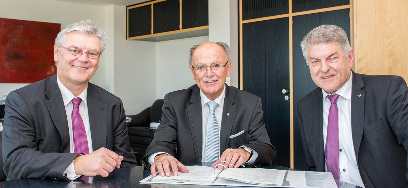 Das neu gewählte Bezirkstagspräsidium von Oberbayern: Von Links: der stellvertretende Bezirkstagspräsident ist Rainer Schneider (Freie Wähler), Bezirkstagspräsident Josef Mederer (CSU) und der weitere stellvertretende Bezirkstagspräsident Michael Asam (SPD)