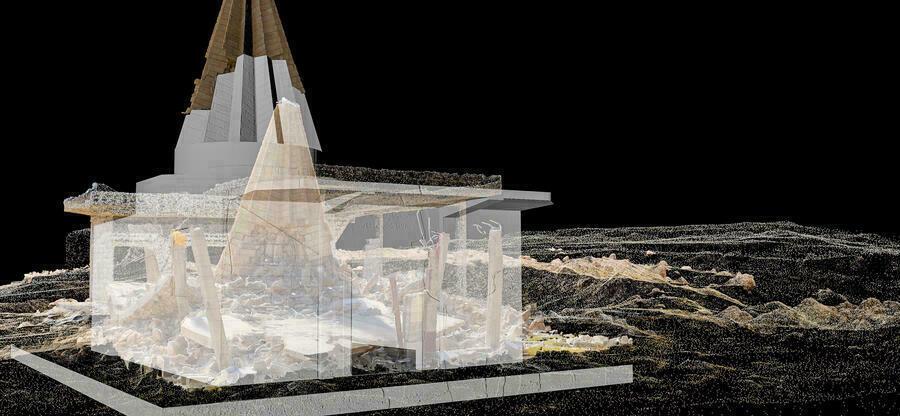 Das Kunstwerk zeigt übereinanderprojeziert eine architektonische Computersimulation und Fotografien der Ruine eines zerstörten jesidischen Tempels.
