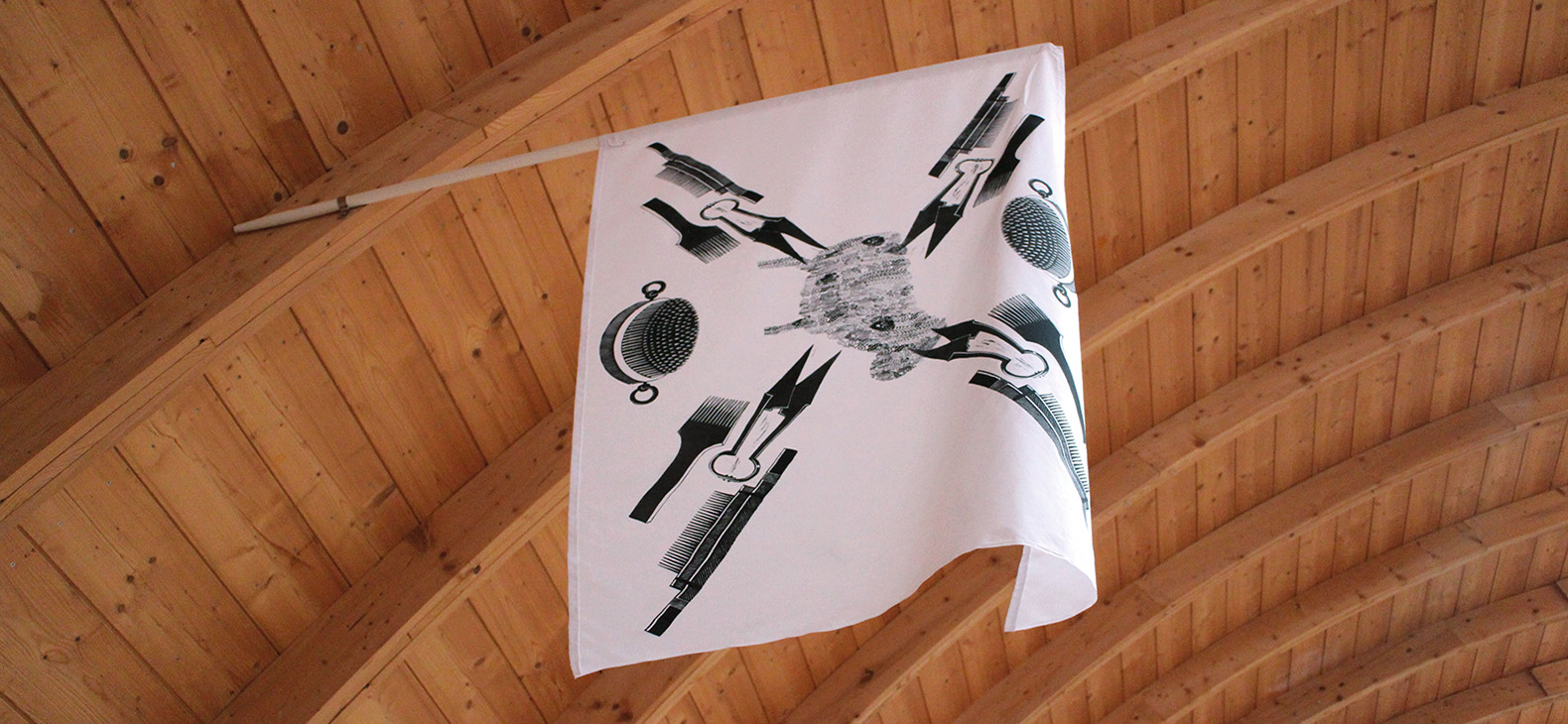 Schafhof-Flag, Albina Yaloza, Linolschnitt auf Stoff, Fahnenstange, 120 x 175 cm, 2015