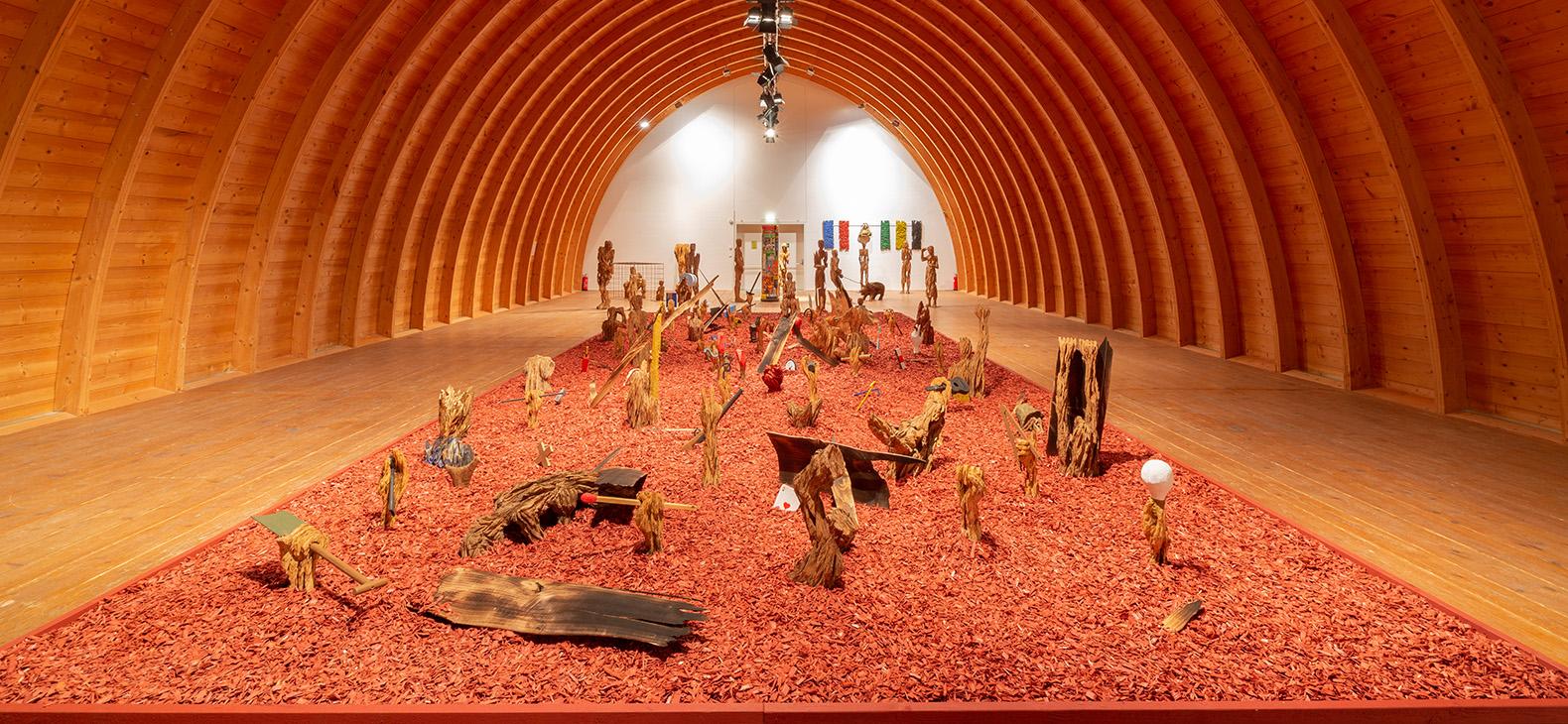 """Blick in die Ausstellung """"Das Narrenschiff"""" von Andereas Kuhnlein im Tonnengewölbe des Schafhofs - Europäisches Künstlerhaus Oberbayern"""
