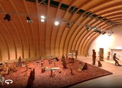 """Blick in die Ausstellung """"Das Narrenschiff"""" von Andreas Kuhnlein im Tonnengewölbe des europäischen Künstlerhauses; links unten das Symbol für die 360 Grad-Ansicht"""