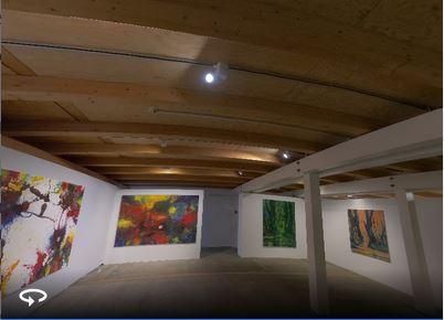 """Blick in die Ausstellung """"Naturgeschichte(n) von Bernz Zimmer mit großformatigen Gemälden. Unten links das Symbol für den 360 Grad-Rundgang."""