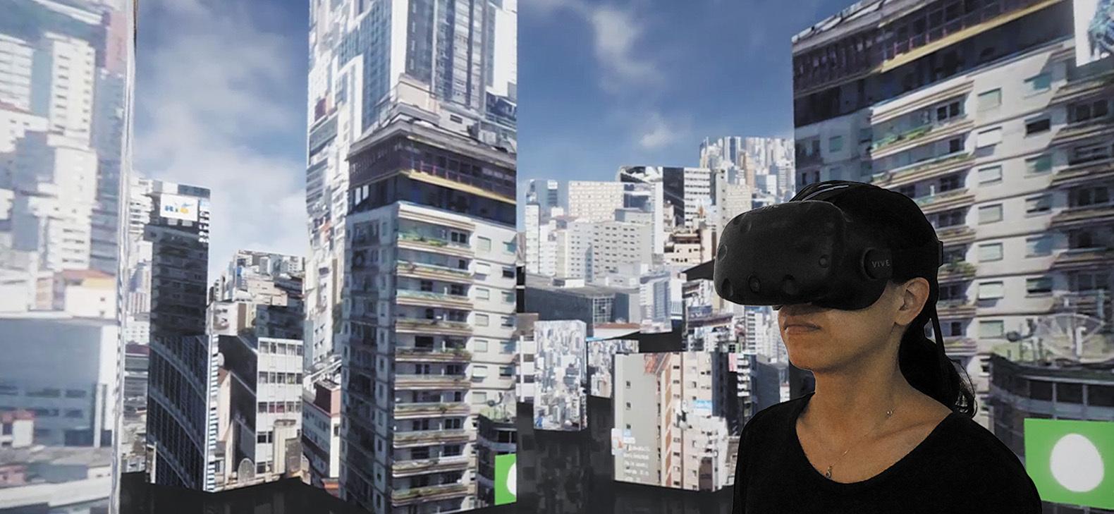 Eine Frau im einem VR-Headset steht inmitten einer virtuellen Landschaft aus Hochhäusern
