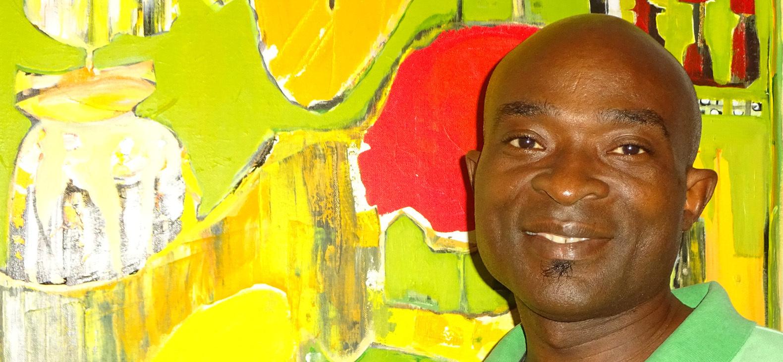 Pepito Anumu - Portrait vor einem seiner Werke