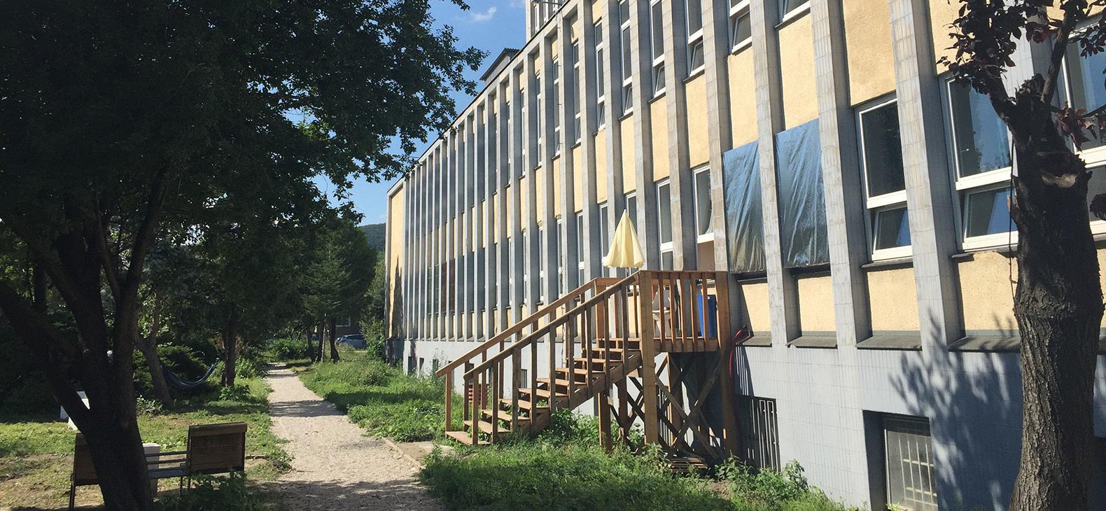 Foto von langer Büro-Fassade