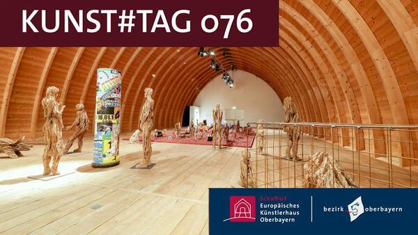 """In dem mächtigen Tonnengewölbe des Schafhofs sieht man aus Holzstämmen gesägte Figuren, die Teil der Ausstellung """"Das narrenschiff"""" von Andreas Kuhnlein sind. links oben ist der Schriftzug """"KUNST#TAG076"""" zu sehen, in einem blauen Kasten rechts unten die Logos des Künstlerhauses und des Bezirks Oberbayern."""